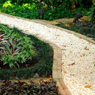 Cómo construir un camino de grava en mi jardín